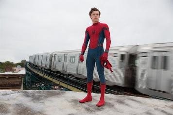 """Como Peter Parker (Tom Holland) já tinha sido apresentado em """"Capitão América: Guerra Civil"""" mereceu destaque num filme próprio com """"Homem-Aranha: Regresso a Casa"""". Apesar das indicações de Tony Stark como típico adolescente não respeita as regras. Empolgado por ter conhecido os Vingadores, tenta lutar contra o mal disfarçado. No final do filme não aceita a proposta de Stark e decide continuar como o """"amigo simpático da vizinhança""""."""