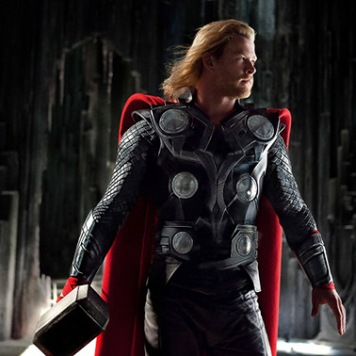 """Em """"Thor"""" (2011), Chris Hemsworth interpreta o deus do trovão. Neste filme também conhecemos outra personagem importante. Loki (Tom Hiddleston), meio-irmão de Thor é um dos principais vilões da saga de filmes. Malicioso e manipulador, joga para o lado que mais benefícios lhe tragam. A primeira Pedra do Infinito aparece na cena prós-créditos quando Loki manipula um humano para conseguir a pedra da mente, que se encontra sob a protecção de Nick Fury."""