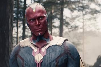 """Em 2015 surge o filme """"A Era de Ultron"""". Voltando à Terra os Vingadores encontram a Pedra da Mente enquanto combatem contra a HYDRA em Skovia. Tony Stark implanta um plano de defesa designado de Ultron. O plano apresenta alguns defeitos e Ultron consegue desenvolver consciência própria. Manipulando toda a tecnologia, Ultron decide destruir toda a Humanidade, e criar uma armadura de vibranium. Após muita destruição e conflito, Tony Stark consegue actualizar o J.A.R.V.I.S. e assim cria o Vision. Agora Vision mantém a Pedra da Mente no superior da sua cabeça. Na cena pós-créditos, Thanos volta a aparecer. Irritado pega na sua luva do poder e refere """"Fine. I'll do it myself"""". Segundo o trailer do filme, a situação vai estar negra para o Vision, sem a pedra do infinito que lhe deu a vida, será que consegue sobreviver sem ela? No trailer Thanos tenta tirar-lhe."""