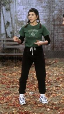 A nível desportivo, Rachel também se destaca. Com uma tshirt larga por cima de uma camisola básica escura e calças pretas. Para completar o look, duas tranças no cabelo e um chapéu
