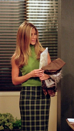 Para o trabalho temos uma saia com padrão, a a condizer uma camisola sem mangas de gola alta, muito utilizada no início dos anos 00.