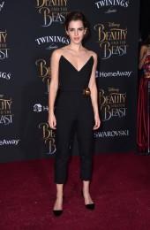 """Este conjunto de macacão preto é também da autoria de Oscar de la Renta. Durante a apresentação do filme """"A Bela e o Monstro"""", Emma Watson conjugou bem a roupa com a ocasião"""