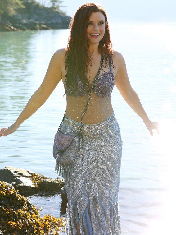 O vestido justo da Ariel é brilhante e condiz com a sua personagem.
