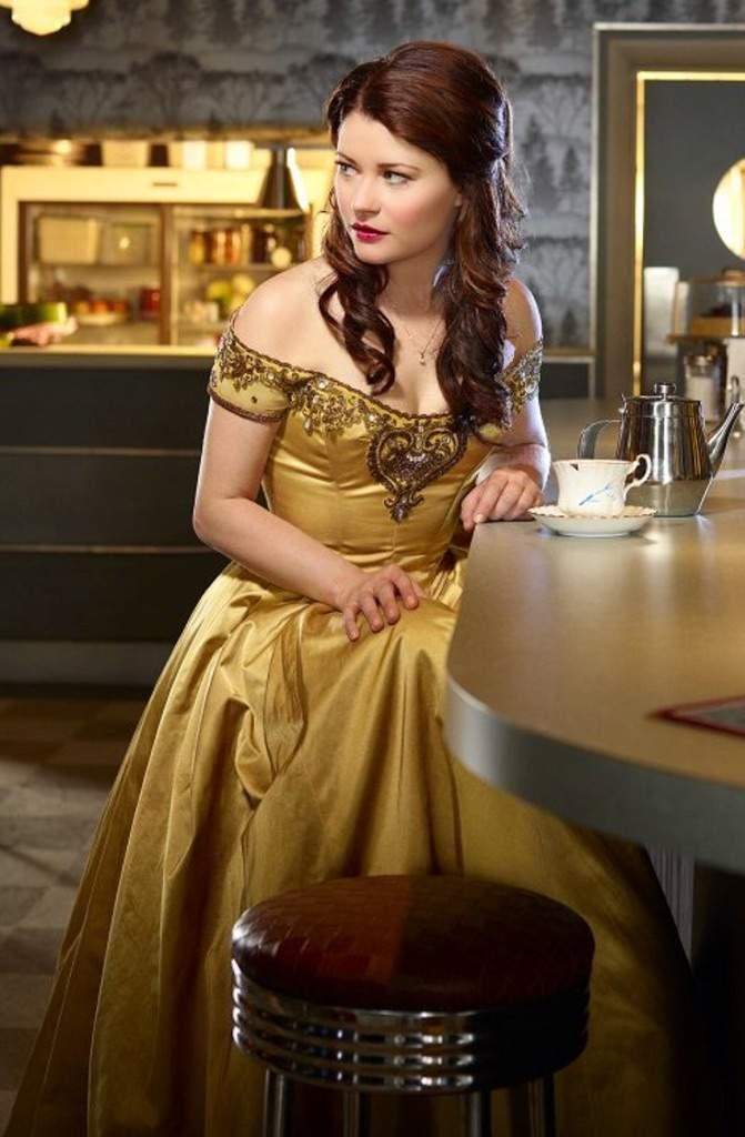 O vestido amarelo de Bela é mesmo de princesa. Com tecido suave e brilhante.