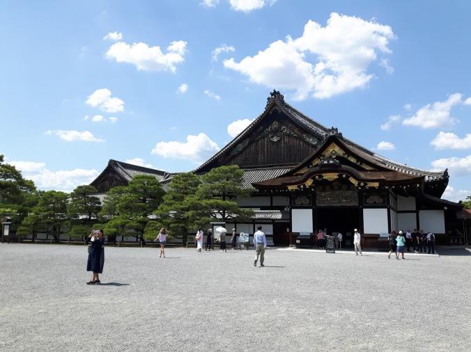 Castelo de Nijō. Enorme espaço, mas não podemos visitar todo, só algumas salas restritas. Necessário tirar os sapatos e não se pode tirar fotografias no interior.
