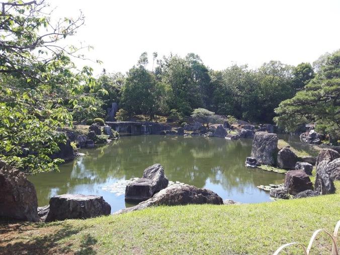 Jardins do Castelo de Nijō. Ao fundo podemos visualizar uma garça.