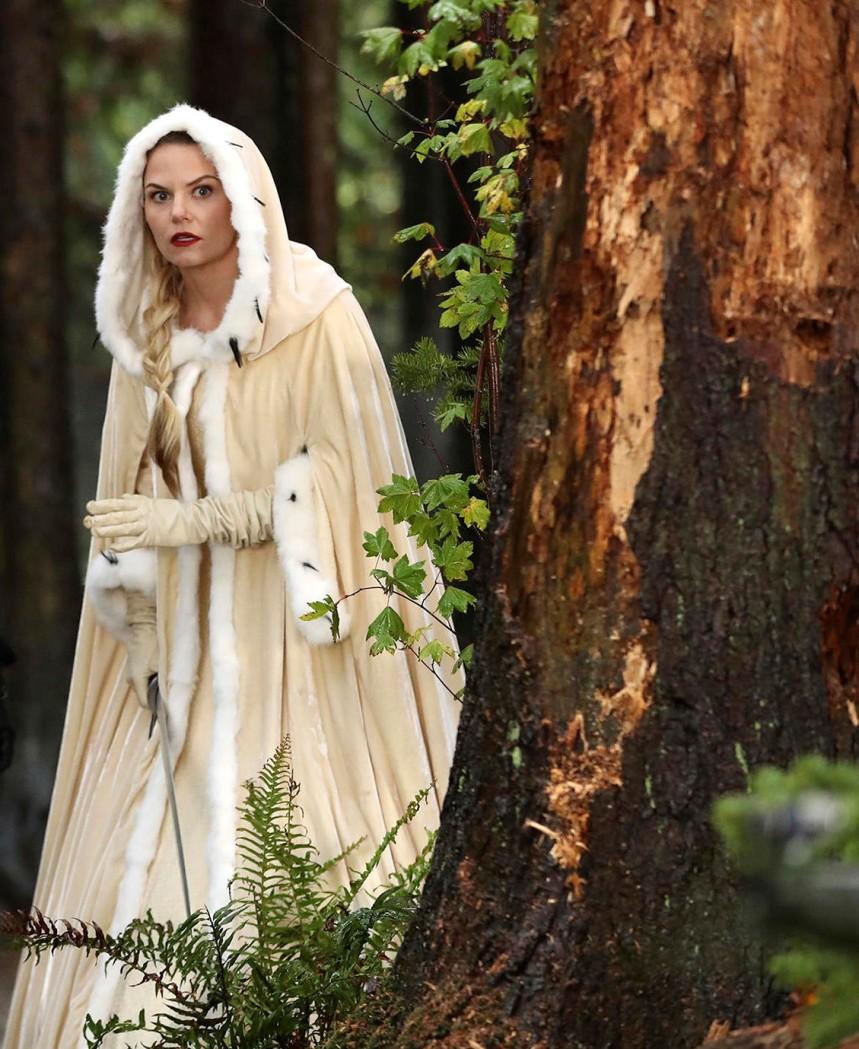 Emma veste uma capa linda branca de inverno que consegue apresentar-se num visual diferente e confortável.
