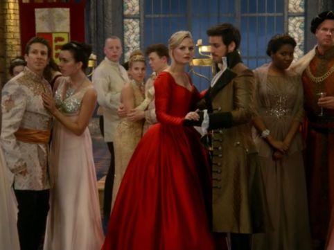 Mas Emma também consegue ser sexy com este vestido vermelho que consegue chamar à atenção neste baile.