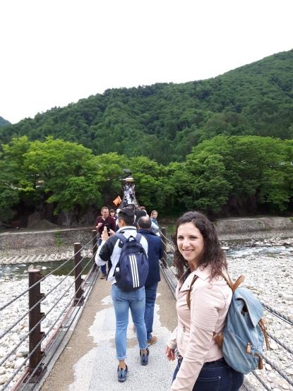 A atravessar a ponte movediça de Shirakawa. Abana mesmo!