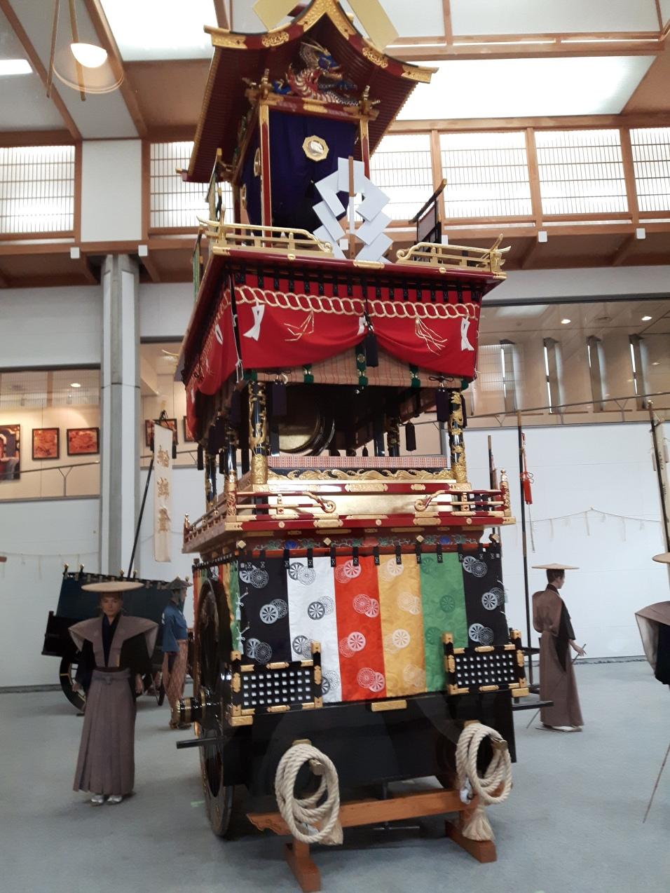 Um carro alegórico que pede por chuva e boas colheitas, pois os japoneses vivem muito do solo, principalmente do arroz.