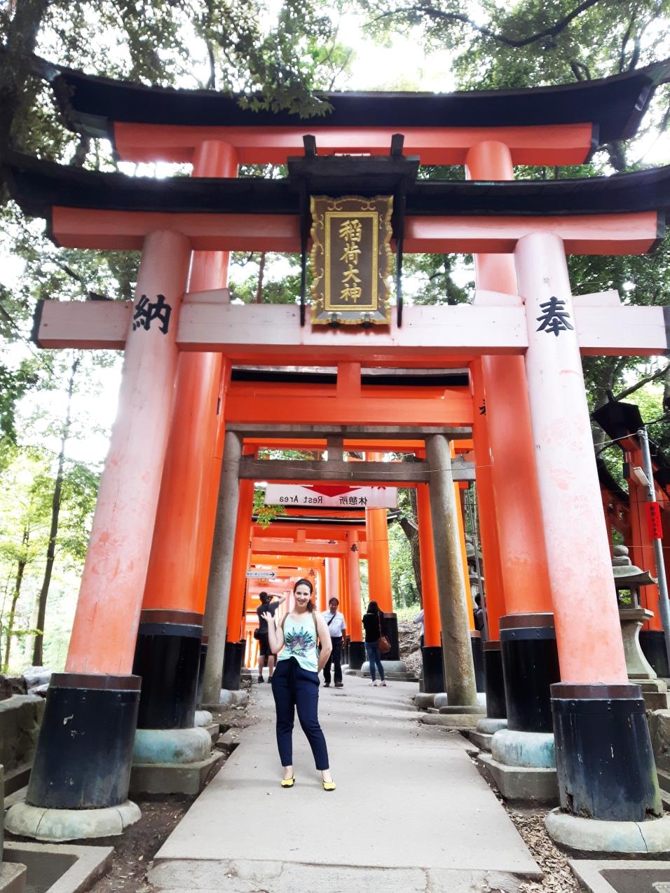 Na entrada do corredor dos torii vermelho em Fushimi Inari