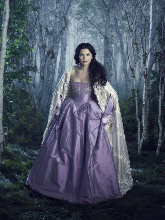 O vestido roxo da Snow White é mesmo glamouroso e a capa branca condiz lindamente.