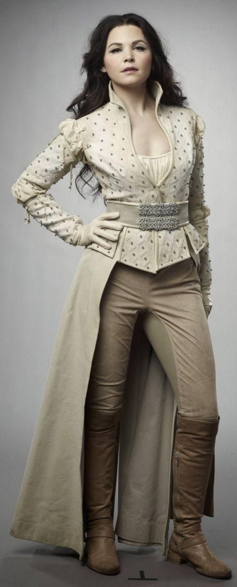 A Snow com a sua roupa de guerreira e fugitiva, diferente da roupa de princesa. Gosto bastante da calça com meia saia.